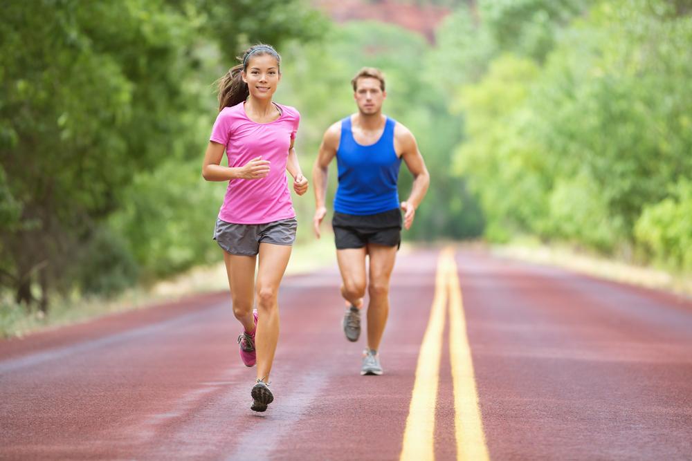 Photo de deux coureurs sur une piste en forêt pour illustrer le rôle positif que peut avoir la gelée royale pour les sportifs.