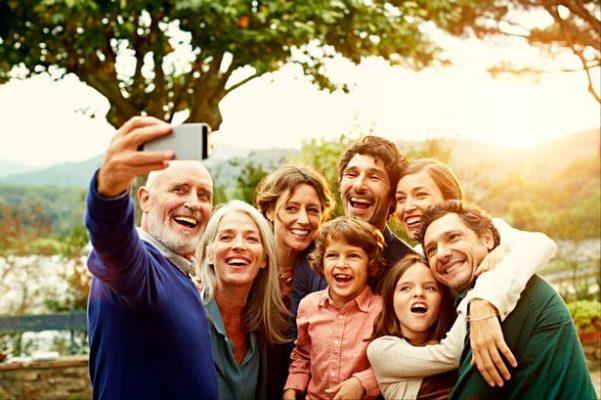 Photo d'un groupe de personnes heureuses d'avoir réussi leur cure de gelée royale.