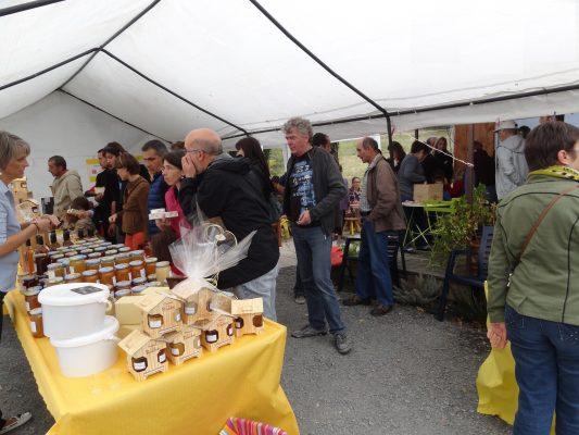stands à la journée portes ouvertes organisée par les ruchers du Tigou