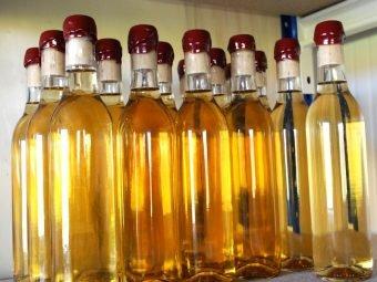 bouteilles de vinaigre de miel avec l'opercule de cire rouge