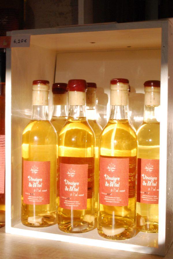 bouteilles de 37,5cl de vinaigre de miel dans le rayon de la boutique