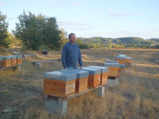 Philippe Huau dans son rucher