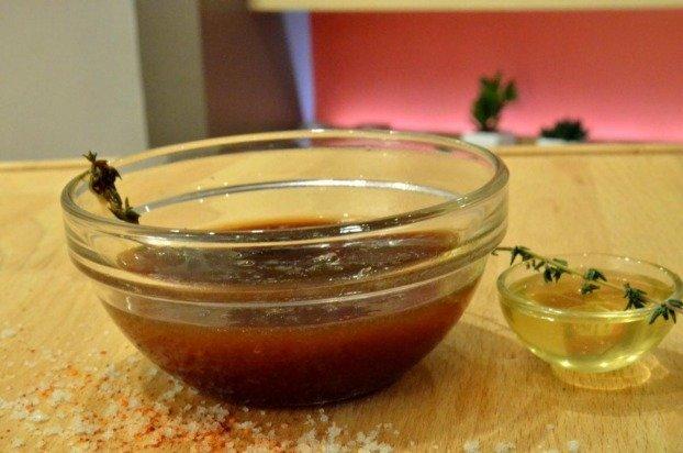 bol de sauce salée sucrée avec du miel