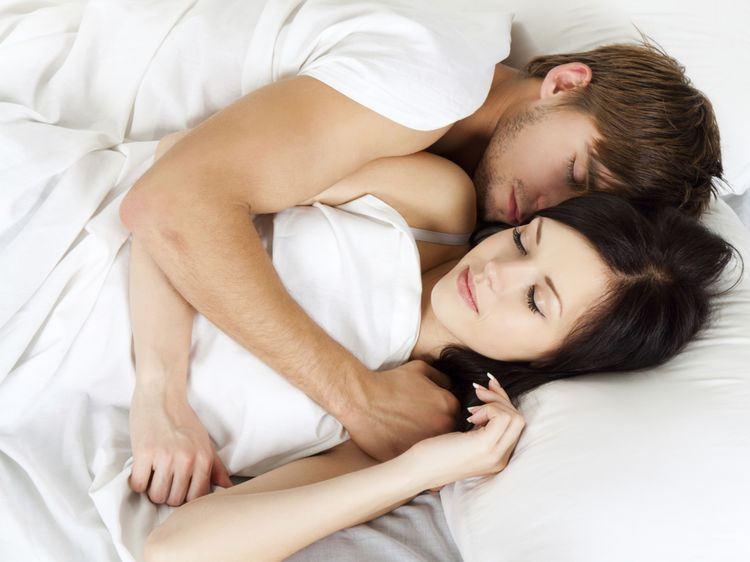 Photo d'un couple enlacé dans un lit : la gelée royale aurait un effet bénéfique sur la libido.
