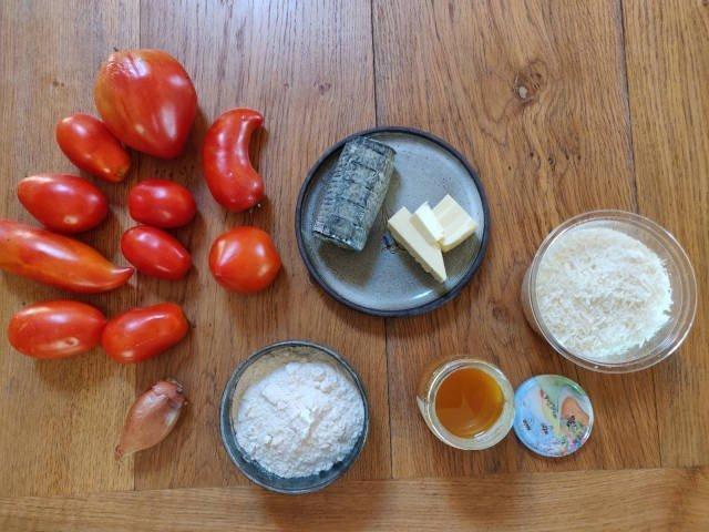 Ingrédients de la recette du crumble au chèvre, miel et tomates : tomates, chèvre, beurre, échalote, farine, miel, parmesan.