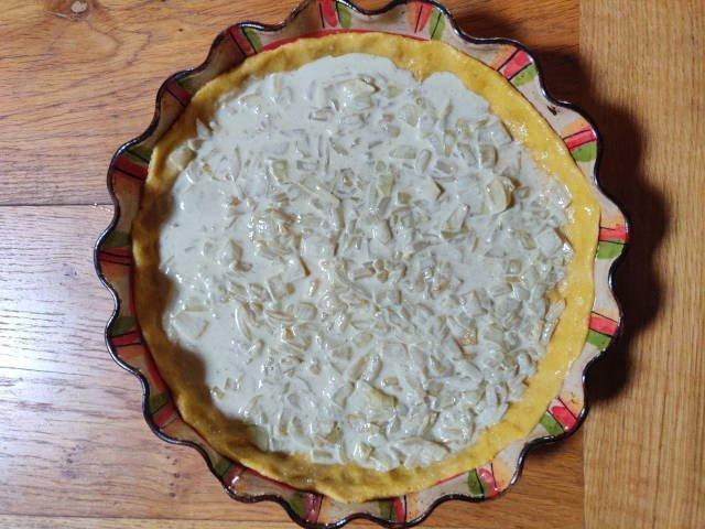 Préparation (crème et oignons blondis) sur la pâte à tarte.